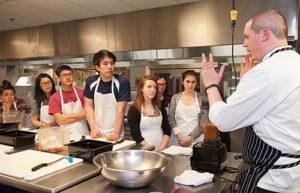 шеф-кухар навчає