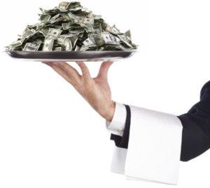 Инвентаризация ресторана - поднос с деньгами