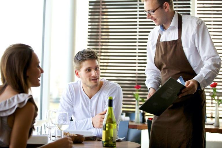 Как повысить средний чек в ресторане и не быть навязчивым: советы официантам