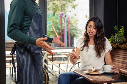 Як поводитися з відвідувачем-грубіяном: 7 порад офіціантам