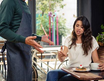 Как вести себя с посетителем-грубияном: 7 советов официантам